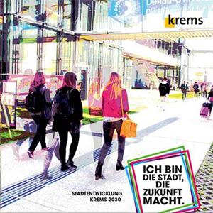 Titelbild der Broschüre Stadtentwicklung Krems 2030 - Ich bin die Stadt, die Zukunft macht: gehende Menschen am Gelände der Donau Universität Krems