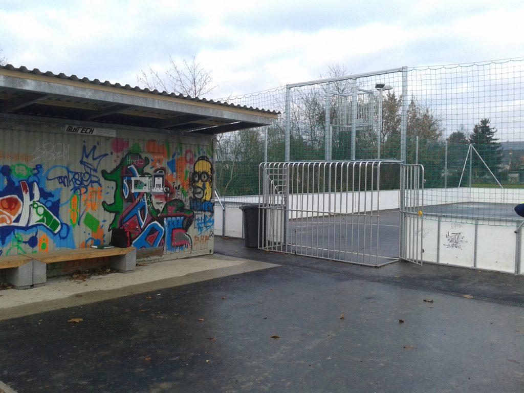 Foto des neuen Funcourt - rechts ein Basketball- und Fußballplatz und links wettergeschützte Sitzmöglichkeiten