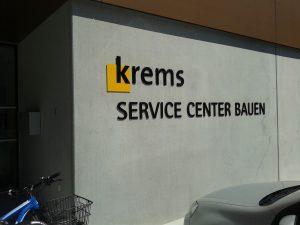 """Schriftzug: """"krems - Service Center Bauen"""" auf der Mauer des neuen Amtsgebäudes"""