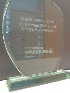 """gläserne Trophäe mit der Aufschrift """"FÖRDERPREIS 2016, KEM Krems (Klima- und Energie-MKodellregion), Privatstiftung Sparkasse Krems"""""""