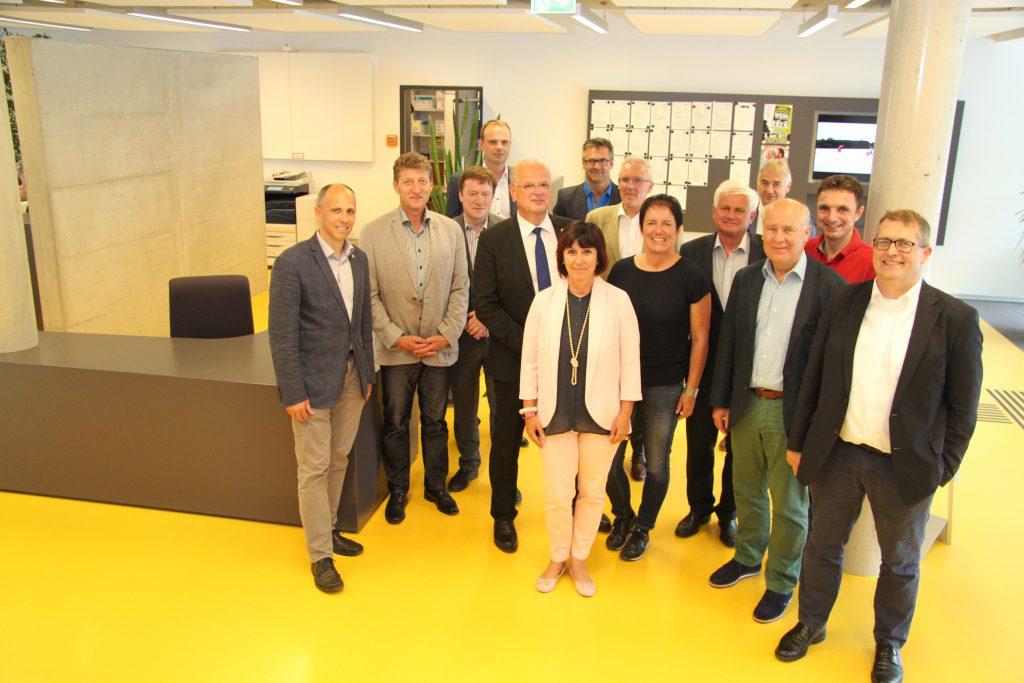 Österreichische Baudirektoren und Baudirektorinnen beim Empfangsbereich des Kremser Service Centers Bauen